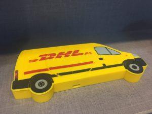 Draadloze telefoon oplader in de vorm van een DHL busje