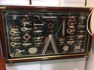 Decoratieve zeilknopen in lijst als relatiegeschenk